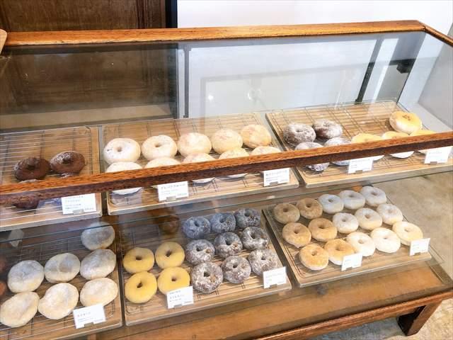 ド・ドーナツの新店舗のドーナツが並ぶ様子