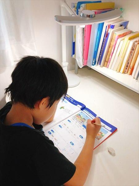 BenQ MindDuo デスクライトで子供が学習する様子