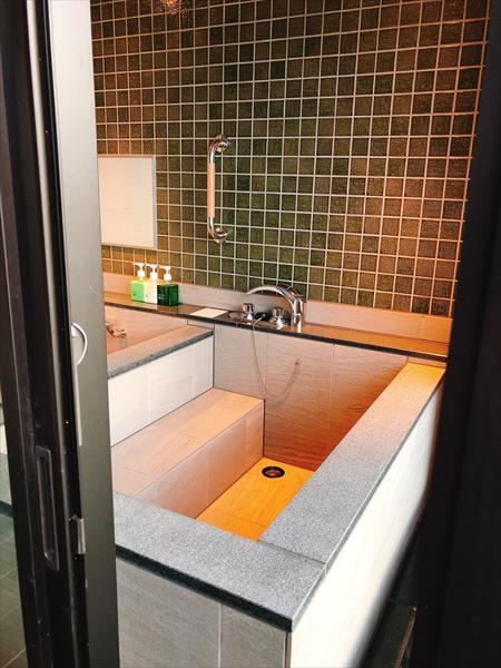 ホテル三日月富士見亭の半露天風呂