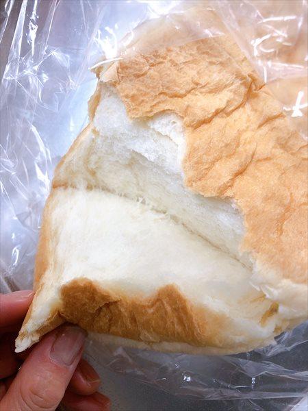 乃が美の食パンを手でちぎっているところ