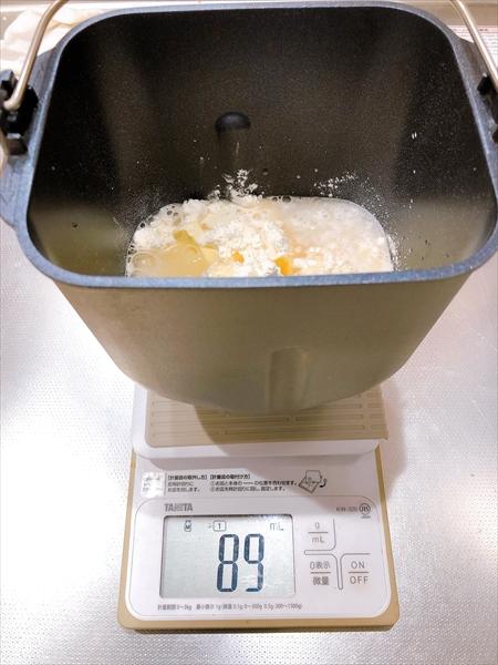 メロンパン作りで、パンケースに材料を入れたところ