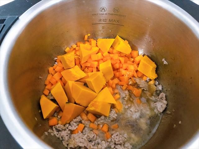 ホットクックの内鍋に、かぼちゃと人参をいれたところ