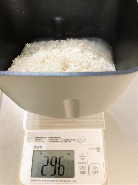 パンケースにもち米と水を入れる