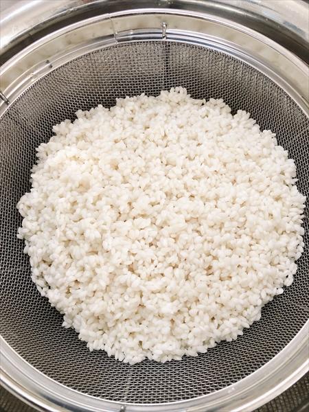 ホームベーカリーでお餅作りに使うもち米をザルにあげたところ