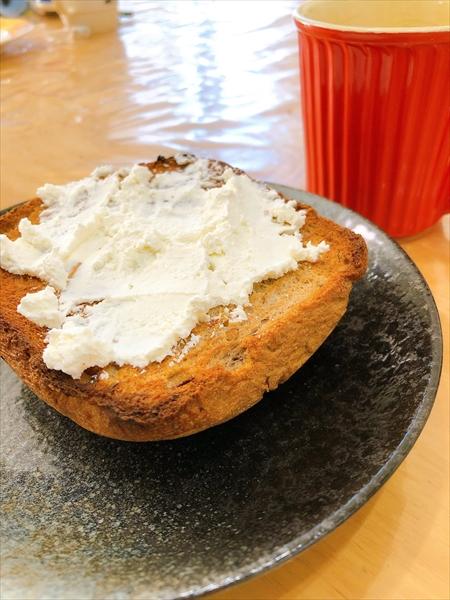 出来上がったクリームチーズをパンに塗ったところ