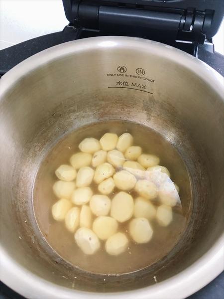 ホットクックの内鍋に、水をひたひたまで入れたところ