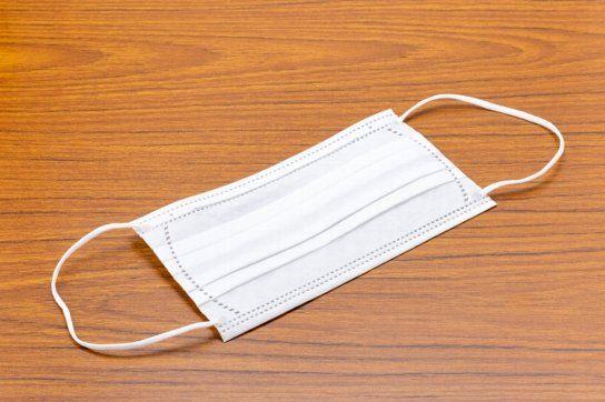 外食時の間違ったマスクの机の上への置き方