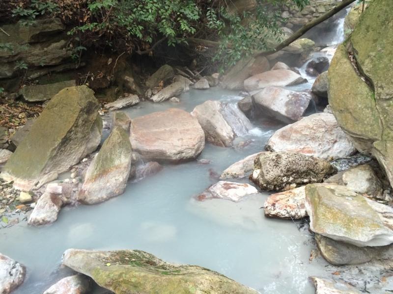 目の湯の横の硫黄泉の川