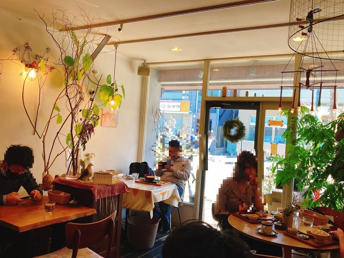 JR中央線三鷹駅北口にある『ニシクボ食堂』の店内の様子