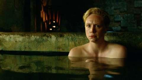 風呂に入るブライエニー/ゲーム・オブ・スローンズシーズン3第5話【炎の口づけ】