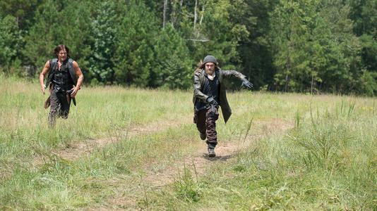 ウォーキング・デッド6 草原を走るジーザスとダリル