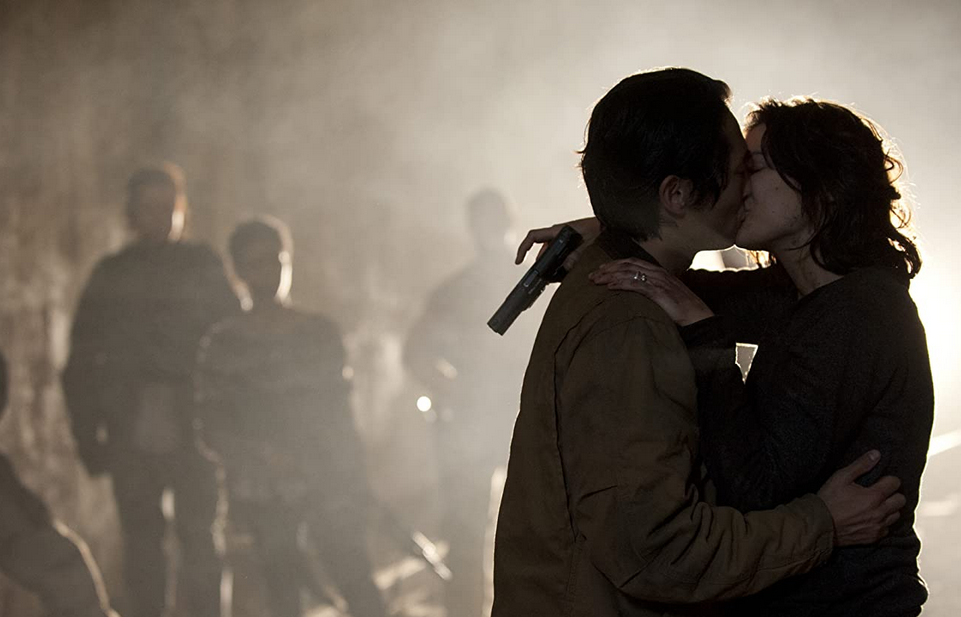 キスするグレンとマギー