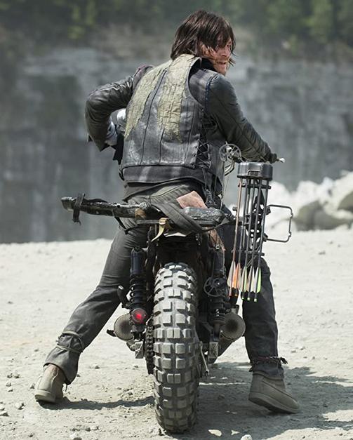 バイクに乗るダリル ウォーキング・デッド6第1話