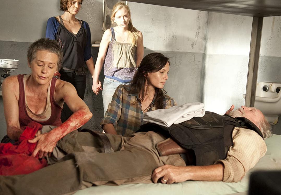 ハーシェルを止血するキャロル シーズン3-2話