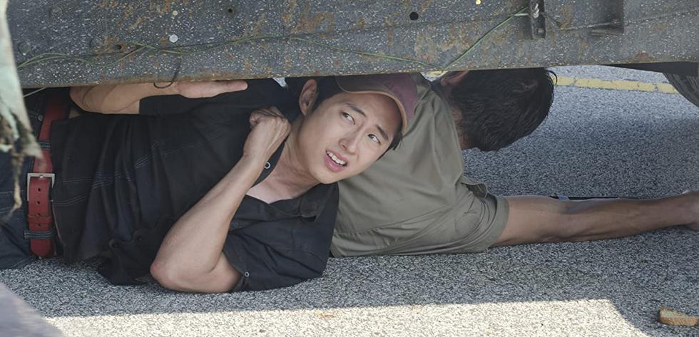 車の下に隠れるグレン ウォーキング・デッド2-1話