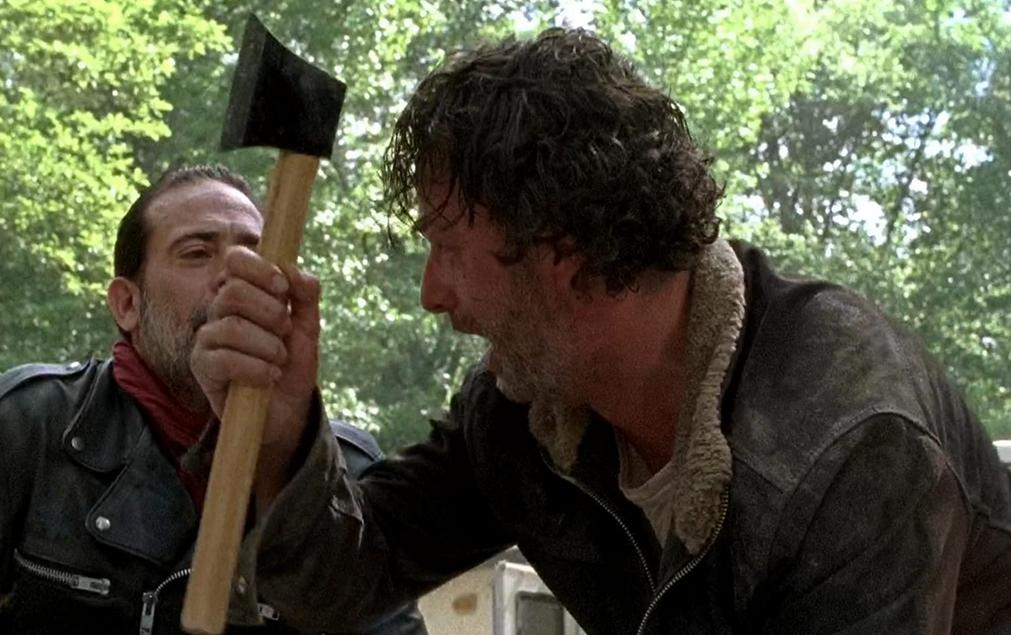 カールの腕を斬ろうとするリック TWDシーズン7-1話