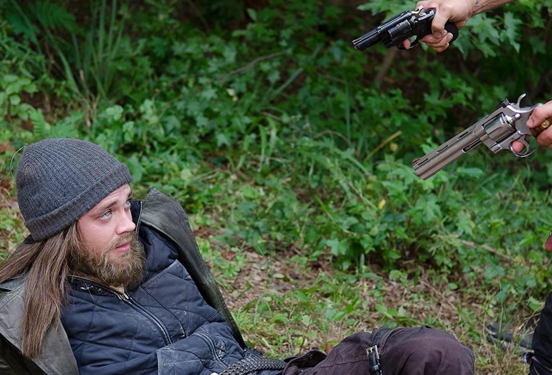 リックとダリルに銃を向けられるジーザスTWD6-10話