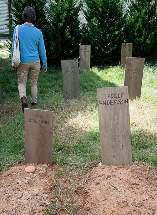 サムの墓にクッキーを置いたキャロル TWD6-12話
