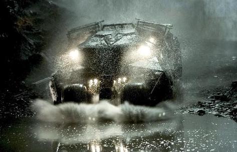 滝に突入したタンブラー バットマン・ビギンズ