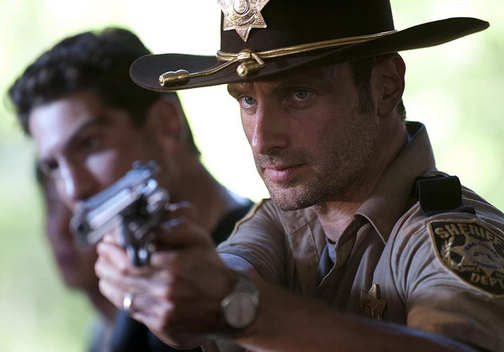 銃を構えるリックとシェーン シーズン2第1話