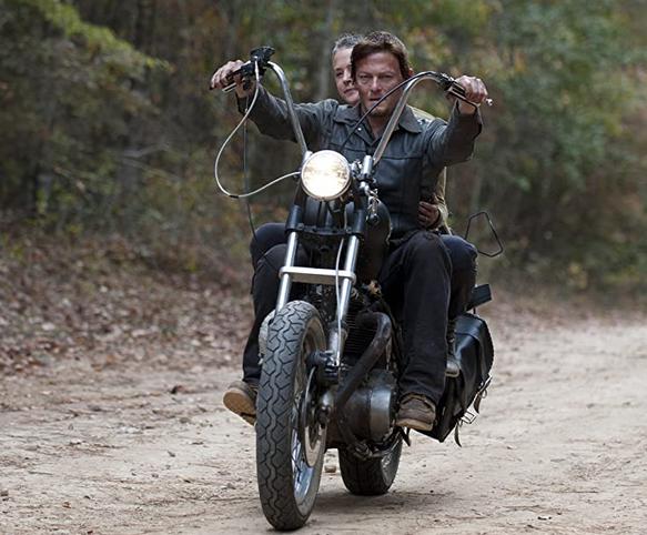 バイクに乗るダリルとキャロル