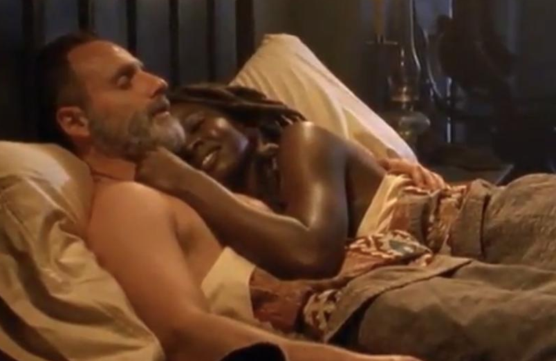 ベッドでいちゃつくリックとミショーン