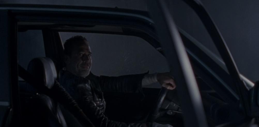 車に乗っているニーガン