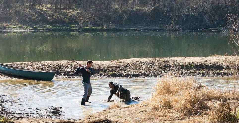 川に流れ着いたゾンビを殺すジョン