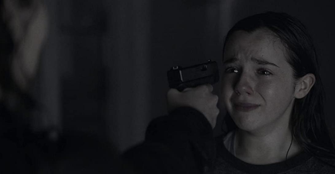 チャーリーを撃とうとするアリシア
