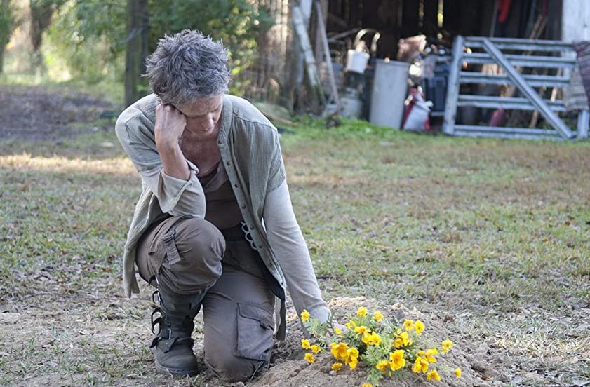 リジーの墓に花を添えるキャロル