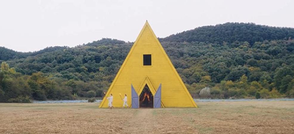 火がついた黄色い小屋