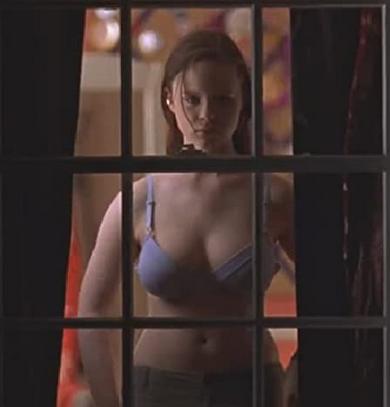 窓で下着姿になるジェーン(ソーラ・バーチ)