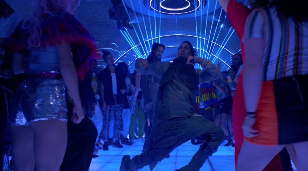 クラブで踊る双子男性