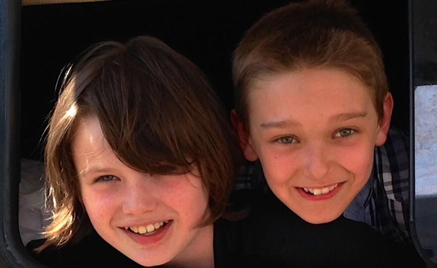コップカーの登場人物の少年2人