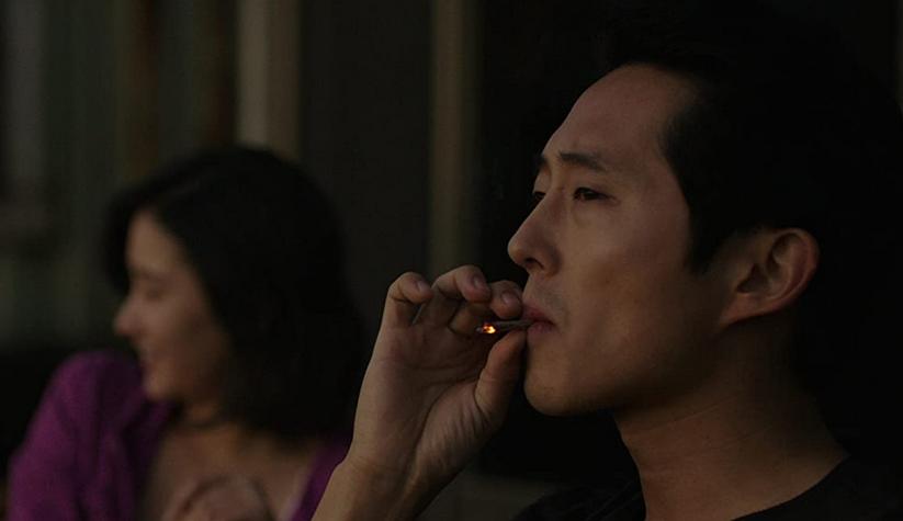 マリファナを吸うベン(スティーヴン・ユァン)