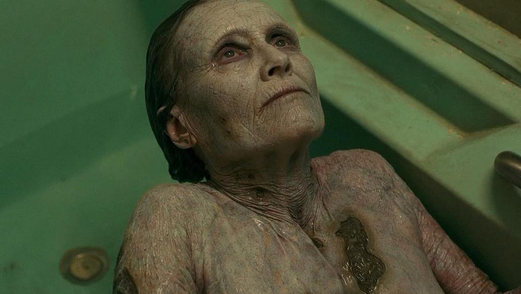 浴槽の老婆