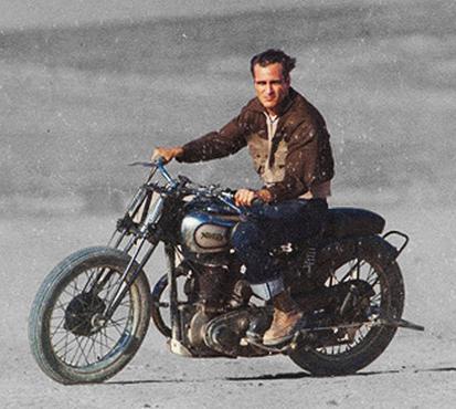 バイクで走り去るフレディ(ホアキン・フェニックス)