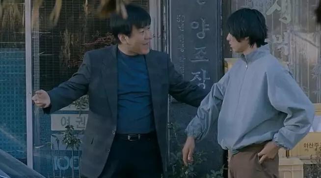 ジェムン刑事に連行されるトジュン