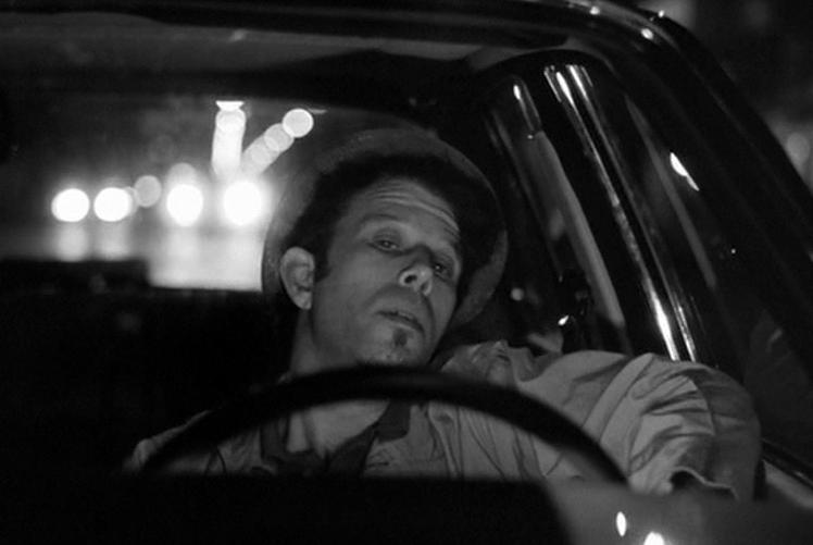 車を運転するザック(トム・ウェイツ)