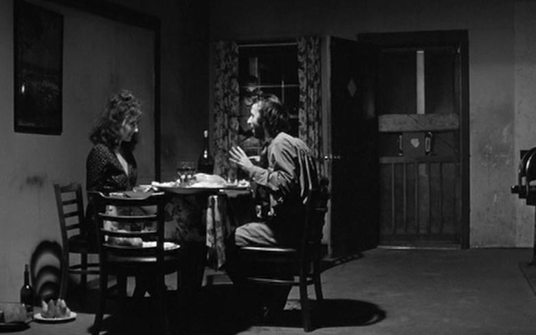 食事をするロベルトとニコレッタ