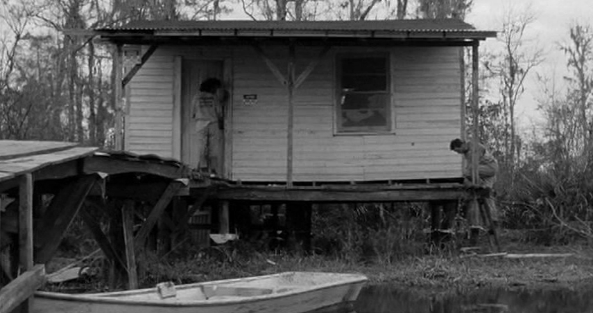 川の側の小屋