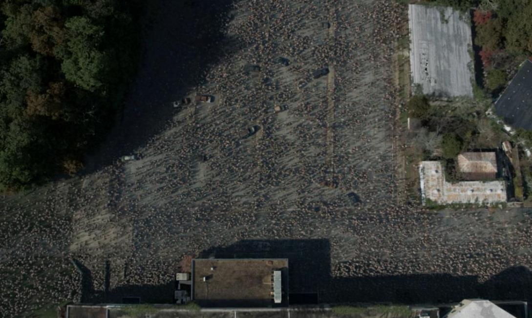 廃病院を囲むウォーカーの大群 上空撮影