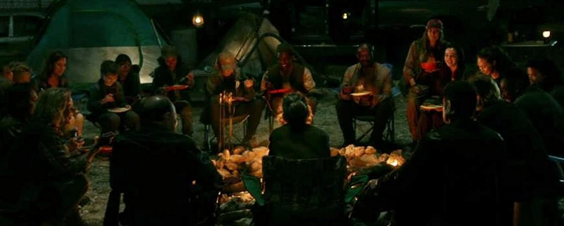 みんなで食事をするフィアー・ザ・ウォーキング・デッドメンバー