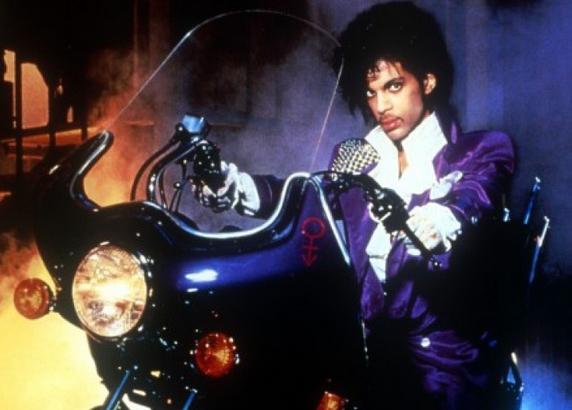 紫のバイクに乗るプリンス