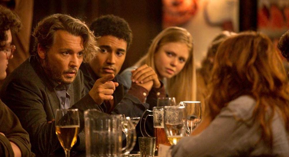 バーで酒を飲むリチャードと生徒たち