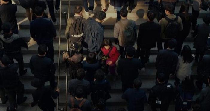 群衆の中で赤い服のミジャ