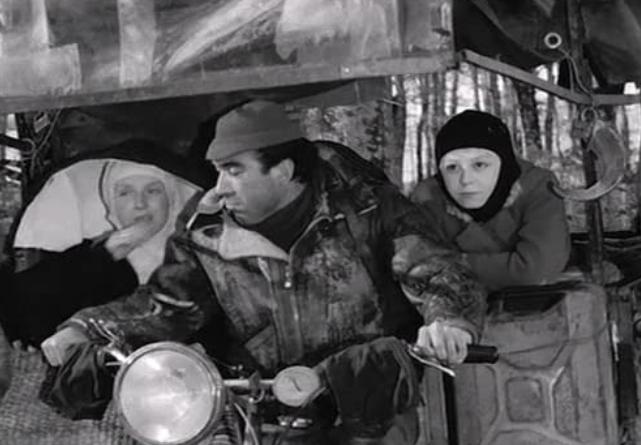 フェリーニの道に登場する馬車で暮らす男女