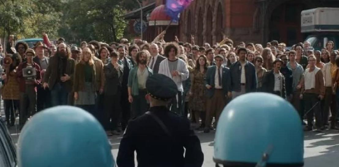 左翼のグループと警察の集団