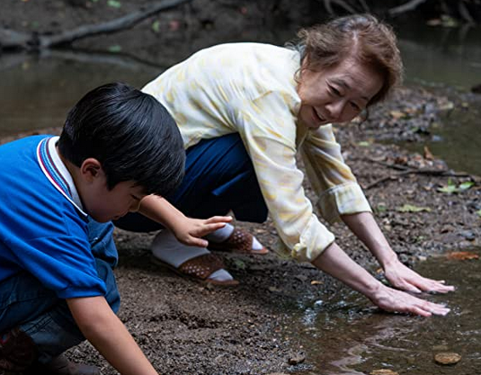 川辺でミナリを植えるスンジャとデヴィッド