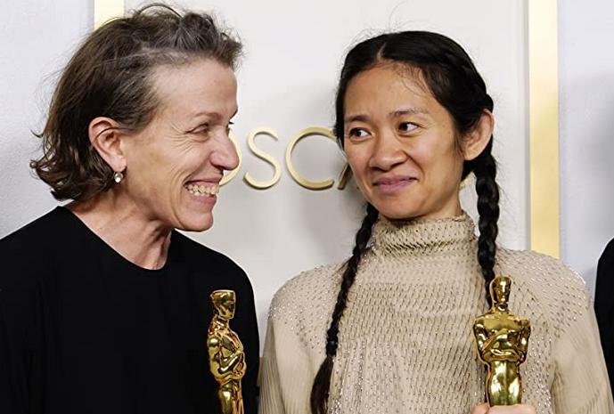 ノマドランドで第93回アカデミー賞を受賞したクロエ・ジャオ監督と女優フランシス・マクドーマンド